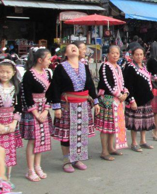 Деревня Дой Пуй. Женщины-хмонги ожидают прибытия корейской делегации во главе с премьер-министром Южной Кореи.